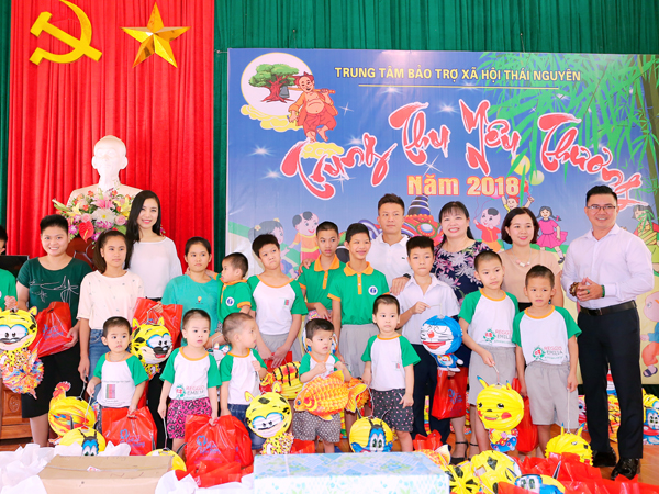 Runner-up Tran Bao Linh gives gifts during the Mid-Autumn Festival in Thai Nguyen